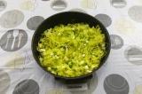 Шаг 6. Смешать тушеную капусту с яйцом и луком.