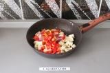 Шаг 5. Тофу, перец, лук и чеснок обжарить в течение 5 минут.