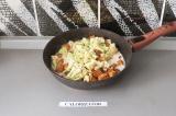Шаг 7. Добавить цветную капусту, кокосовое молоко и специи. Тушить под закрытой