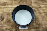 Шаг 2. Молоко смешать с водой и добавить мёд. Нагреть почти до кипения.