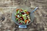 Шаг 10. Выложить все ингредиенты в салатник и заправить.