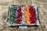 Шаг 6. Выложить овощи и курицу на противень, посолить и поперчить, сбрызнуть