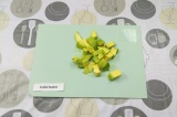 Шаг 4. Очистить и нарезать авокадо.