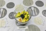Шаг 5. В чашу блендера выложить сыр и авокадо, добавить сухой чеснок, подсолить