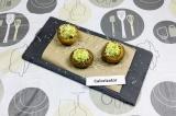 Готовое блюдо: запеченные шампиньоны с муссом из авокадо