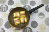 Шаг 3. Выложить на сковородку и нагреть, чтобы сыр слегка расплавился.