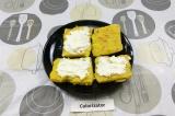 Шаг 4. На ломтики поленты выложить сливочный сыр.
