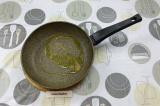 Шаг 5. На сковороде нагреть масло с чесноком, примерно минуту.
