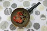Шаг 6. Выложить помидоры и маслины в сковороду и тушить пока не выпарится жидкос