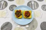 Шаг 8. На поленту выложить получившийся соус и помидоры черри.