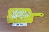 Шаг 1. Перец помыть, очистить, нарезать тонкой соломкой.