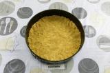 Шаг 9. В разъемную форму выложить крошку из печенья, сформировать основу пирога.