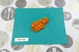 Шаг 3. Морковь нарезать кубиками.