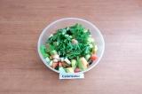 Шаг 6. В салатник выложить овощи, рукколу порвать руками, посолить, заправить