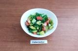 Готовое блюдо: овощной салат с авокадо и рукколой