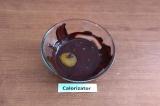 Шаг 3. В растопленный шоколад окунуть каждый сухофрукт с орехом.