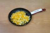 Шаг 5. Обжарить лук с морковкой на антипригарной сковороде.