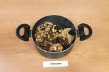 Шаг 6. Вскипятить воду в кастрюле, добавить грибы и картофель, варить 30-40 мин.