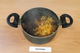 Шаг 8. К супу добавить соль, перец, обжаренные овощи, варить еще 10 минут.