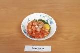 Шаг 7. Смешать яйца, помидоры, зелень, сыр, добавить соль и специи, все хорошо