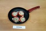 Шаг 8. Кольца помидоров выложить на сковороду, в середину влить приготовленную