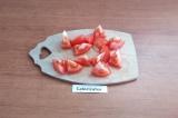 Шаг 1. Помидор помыть, нарезать крупными кусочками.