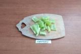 Шаг 2. Перец помыть, очистить от семян, крупно порезать.