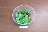 Шаг 5. Овощи и лук сложить в салатник. Листья салата помыть, обсушить и порвать