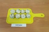 Шаг 7. Готовые шарики выложить на плоскую поверхность, убрать в холодильник на