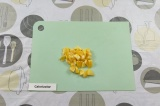 Шаг 4. Очистить и нарезать мандарин.