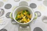 Шаг 5. Выложить все фрукты в небольшую емкость и перемешать.