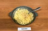 Шаг 9. Добавить сыр и специи к макаронам, не снимая с огня перемешать до полного