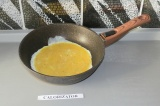 Шаг 4. Вылить яйца на сковороду.