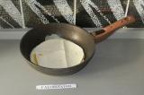Шаг 5. Положить поверх яиц лаваш и накрыть крышкой. Жарить пару минут.