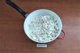 Шаг 4. В сковороду сложить лук и шампиньоны, посолить, налить сливки.