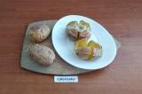 Шаг 6. Картофель выложить на тарелку и сделать крестообразный надрез. В надрез