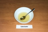 Шаг 2. Половину желатина развести в 50 мл. воды.