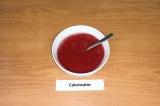 Шаг 8. Добавить желатин к ягодному пюре, тщательно перемешать.