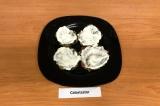 Шаг 11. Собрать мини-тортики: 1-ый слой – баклажановые оладьи, промазать йогурто