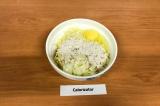 Шаг 3. Смешать кабачок, 1 яйцо, ⅓ часть лука, 1 ст. л. муки, посолить, хорошо