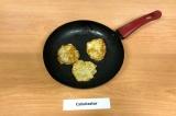 Шаг 7. Разогреть масло на сковороде, ложкой выложить смесь из кабачка, выпечь