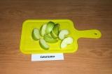 Шаг 1. Яблоко нарезать тонкими дольками.