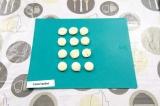 Шаг 1. Вырезать из хлеба маленькие круглые основы для канапе.