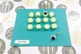 Шаг 5. На шпажку наткнуть креветку и оливку, установить на огурец с хлебом.