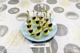 Готовое блюдо: канапе с креветками и огурцом