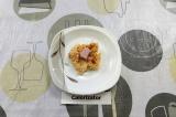 Шаг 6. Небольшое количество сыра расплющить в лепешку, в центр выложить кусочек