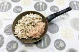 Шаг 4. На ложке растительного масла обжарить курицу с грибами с добавлением лука