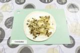 Шаг 7. Выложить грибы с курицей, присыпать сыром.