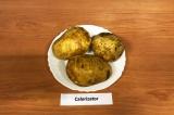 Шаг 1. Картофель хорошо промыть, сделать тонкие надрезы, почти до конца.