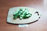 Шаг 1. Огурец помыть и нарезать крупными кусочками.